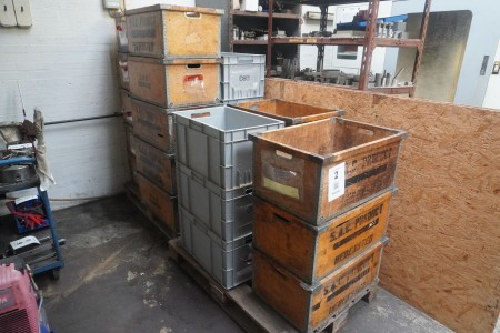 2 pallets with assortment boxes in wood & plastic