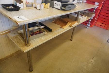 Arbejdsbord med indhold af diverse vokspapirer mv