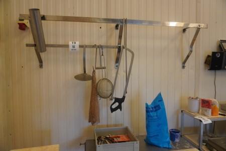 Indhold på hylde og bord af diverse knive, kødsav mv