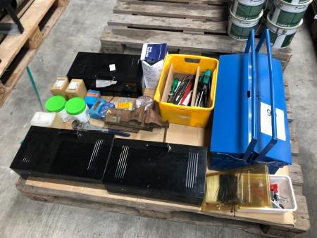 Værktøjskasse med indhold + skruer + skruestik mv