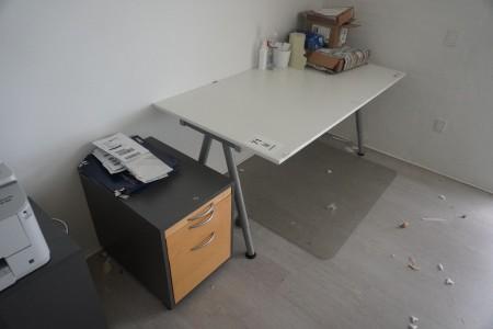 2 stk. skrivebord + 2 stk. skuffesektioner, natbord og stol