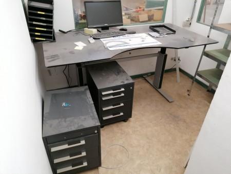 El hæve sænkebord inkl. 2 stk. skuffesektioner + stålreol mv.
