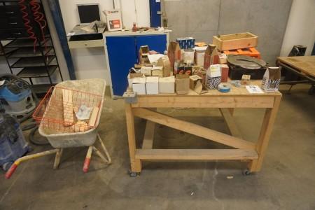Værkstedsrullebord i træ med indhold inkl. trillebøre