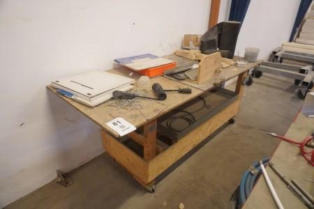 Værkstedsrullebord i træ med indhold
